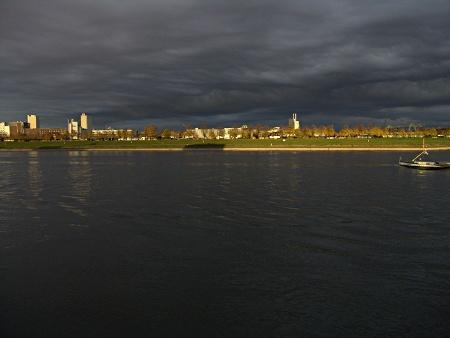 Rhein bei Köln in goldenem Abendlicht