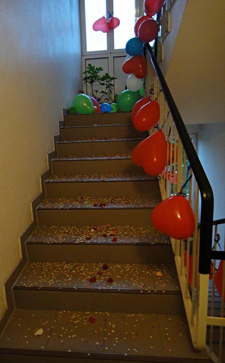 Treppe mit Blütenblättern