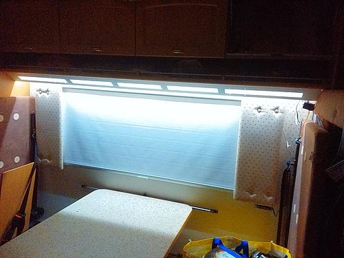 LED-Hinterleuchtung des Alupanels überm Womo-Tisch