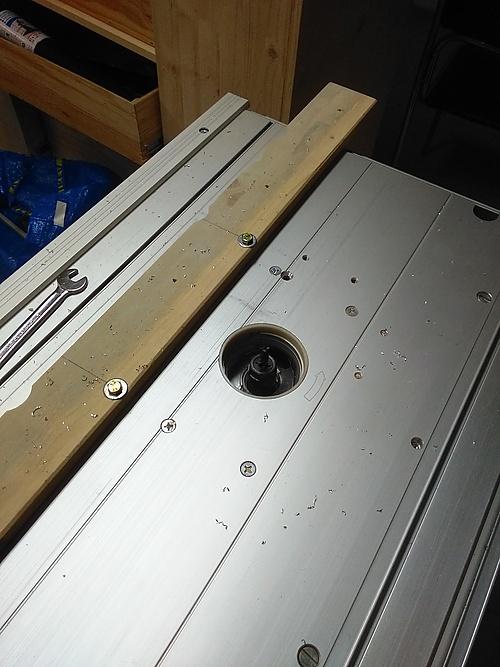 Ausschnitte im Alu-Profil mit der Tischfräse glattgefräst
