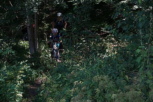 Schmaler Weg durch den Wald nach Jonsdorf