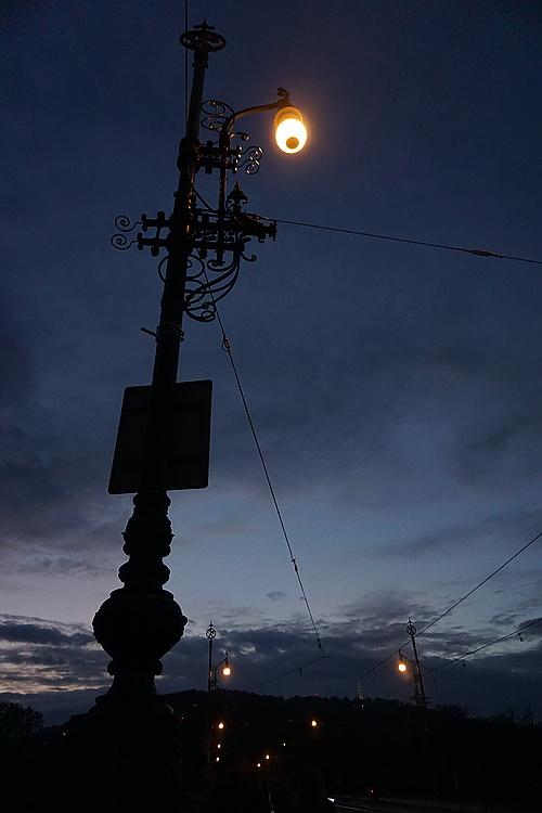 Nachthimmel und Staßenlaterne über der Brücke der Legionen, Prag