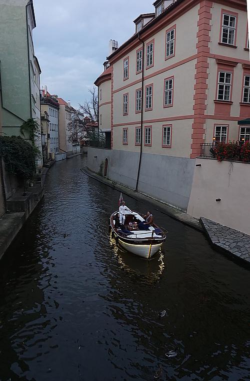 Boot im Čertovka canal, Prag