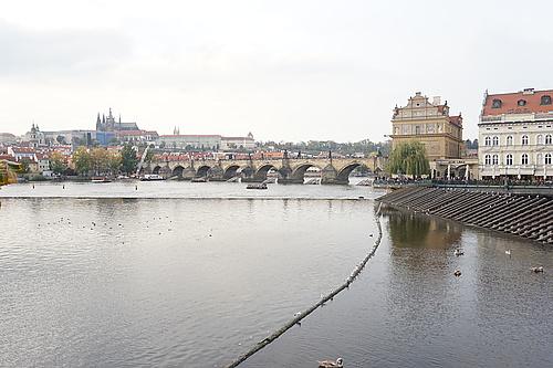 Karlsbrücke in Prag voller Menschen