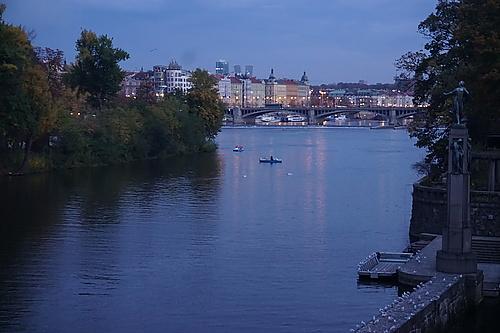 Prag und Moldau in der Dämmerung