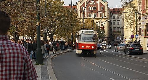 Prager Uferpromenade voller Menschen