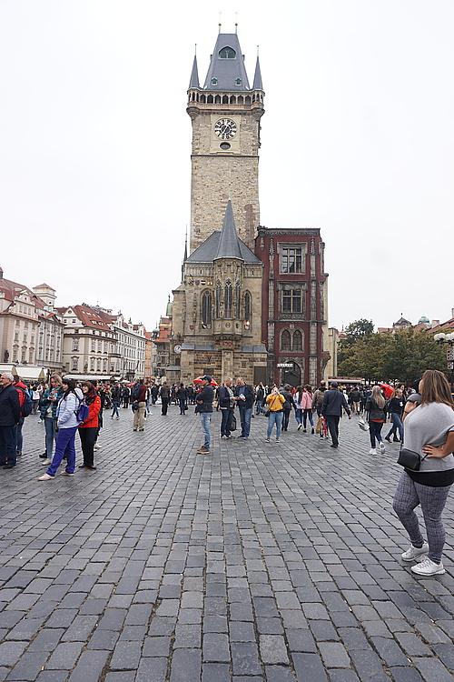 Menschenmassen auf dem Altstädter Ring in Prag