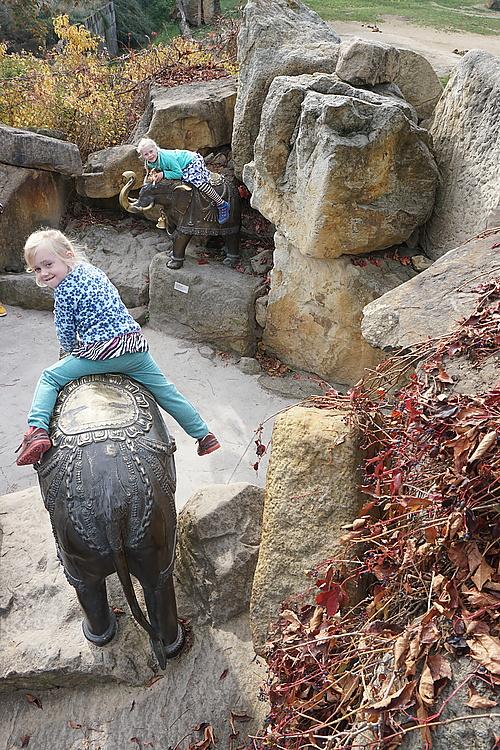 Bronze-Elefanten vorm Tal der Elefanten, Zoo Prag