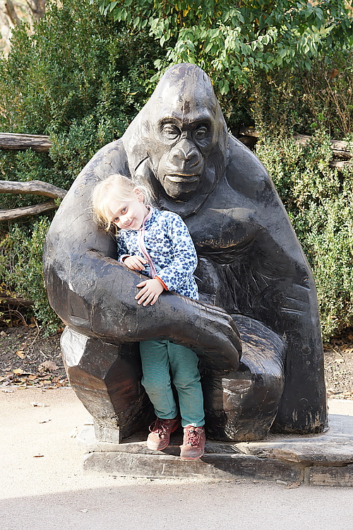 Jannika mit Gorilla, Zoo Prag