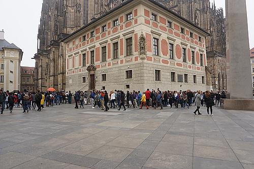 Warteschlange vorm Veitsdom, Prag