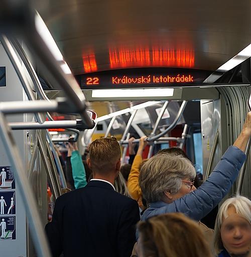 volle Straßenbahn in Prag
