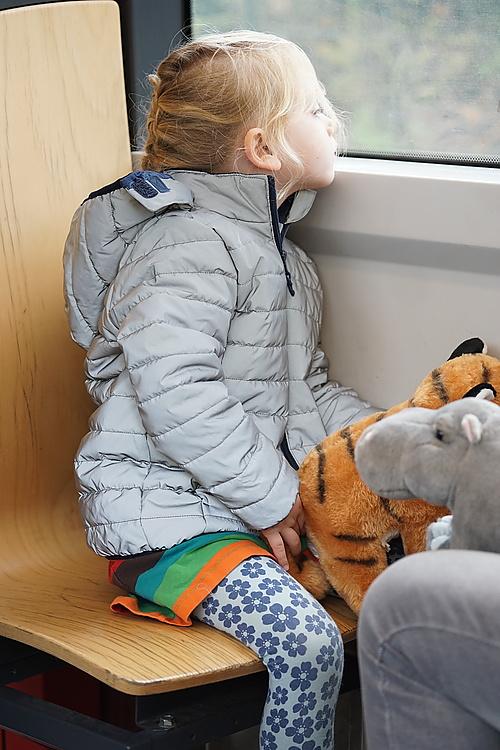 Sitzplatz auch in der vollen Bahn - für Kinder immer