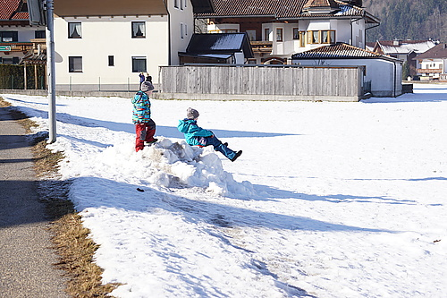 Schneehaufen=Rodelberg