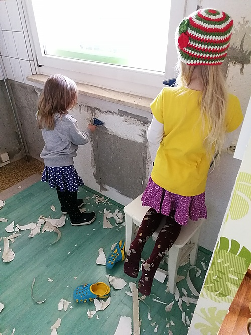 Janni und Alina beim Abkratzen der Tapete