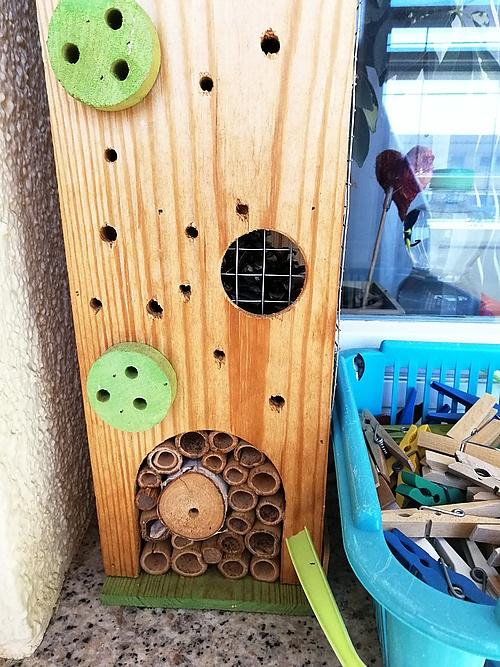 Insektenhotel mit zugebappten Röhrchen
