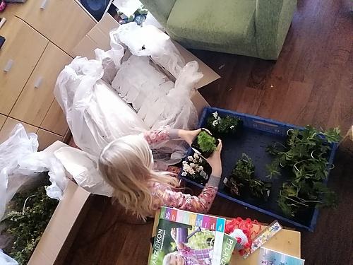 Alina hilft beim Auspacken
