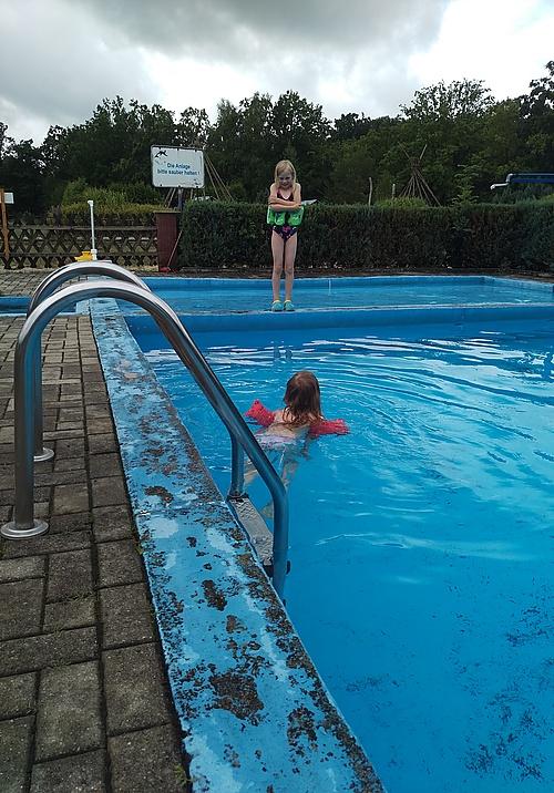 Alina ziert sich am Pool