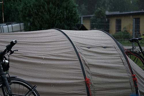 Zelt & Fahrrad im Regen