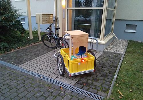 Trenntoilette mit dem Fahrradanhänger transportiert