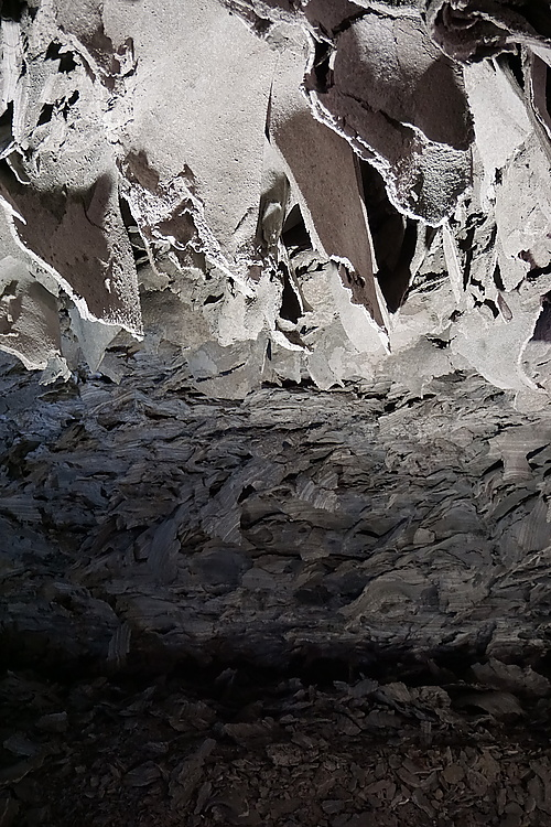 Gipslappen an der Decke der Barbarossahöhle
