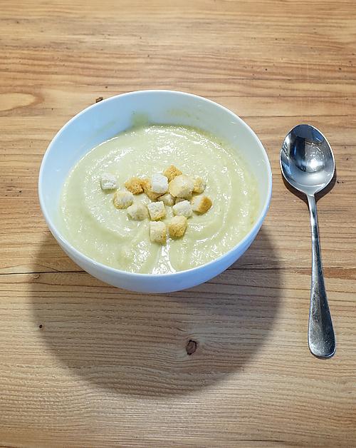 angerichtete Blumenkohlsuppe mit Croutons