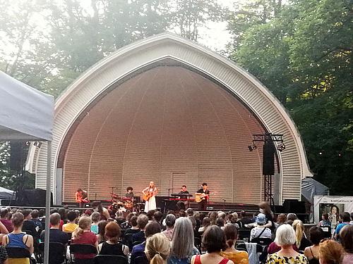Dota auf der Bühne vom Konzertplatz Weißer Hirsch